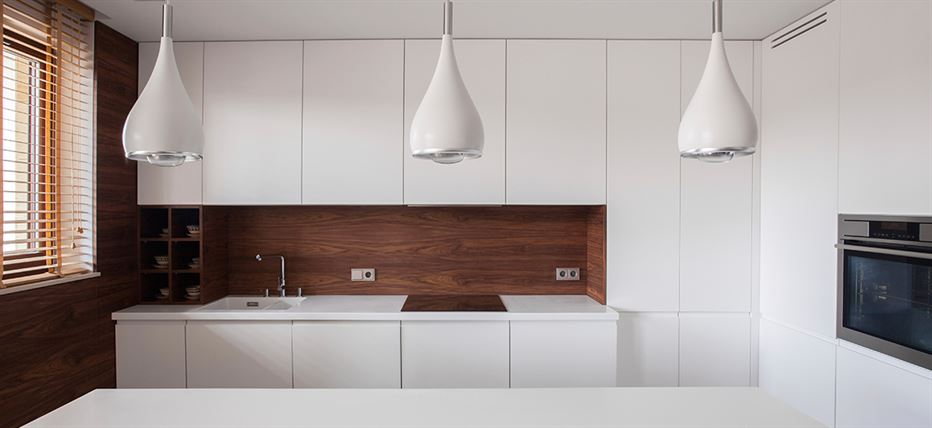 Moderne Küche mit Wandverkleidung